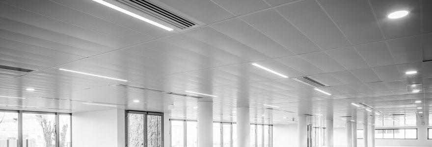 salle de bureaux éclairée par des néons LED